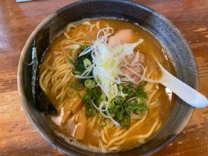 麺や鐙(あぶみ)茅ヶ崎本店の鯛ダシラーメンが美味い!駐車場の場所も解説!